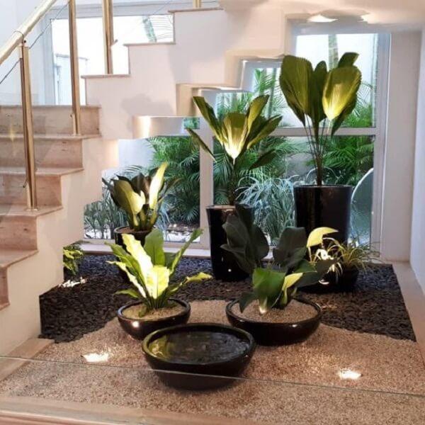 Jardim de inverno com pedras e vasos de plantas. Fonte: Pinterest