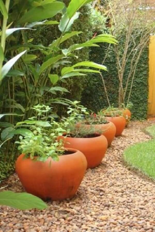 Jardim decorado com pedras ajuda a delimitar o espaço dos vasos de plantas. Fonte: Pinterest
