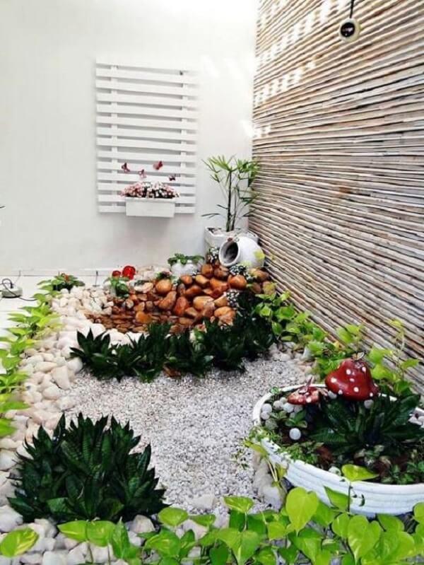 Jardim decorado com pedras mistas. Fonte: Pinterest