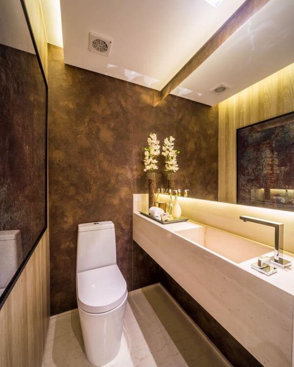 Lavabo com papel de parede em tons de marrom