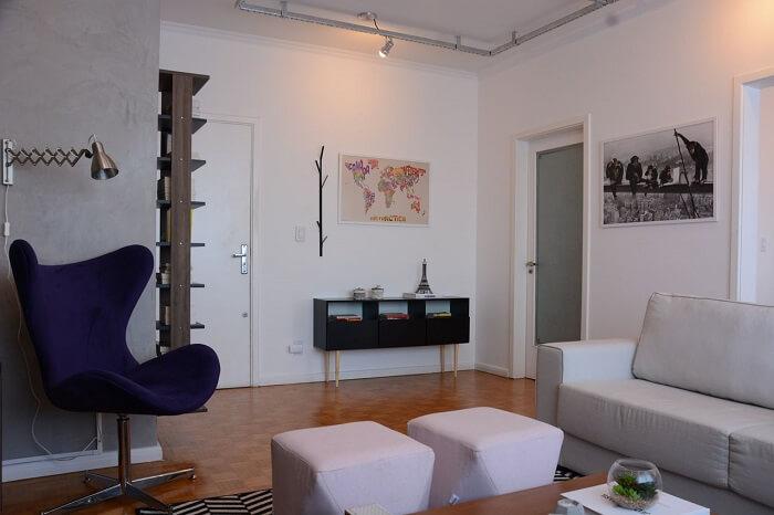 Living moderno com aparador pé palito preto. Projeto de Nathalia Bilibio Schwinn