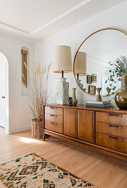 Móveis de madeira para quarto boho com espelho redondo