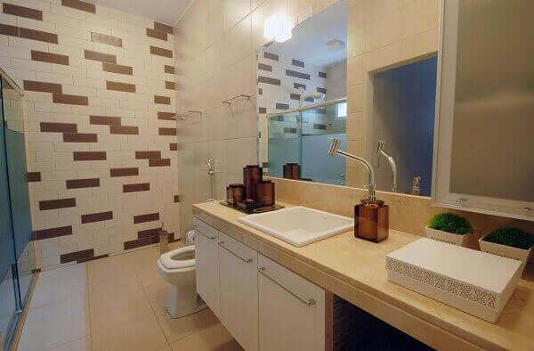 Banheiro com decoração em tons de marrom e bege