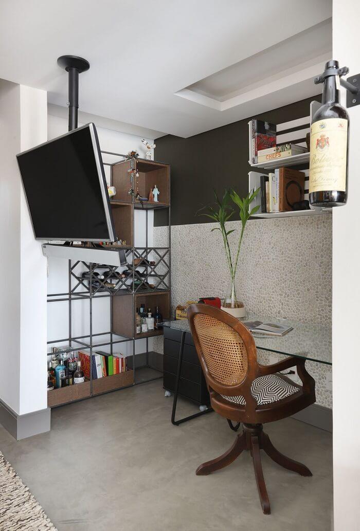 Mesa com tampo de vidro e gaveteiro preto. Projeto de Inside Arquitetura e Design