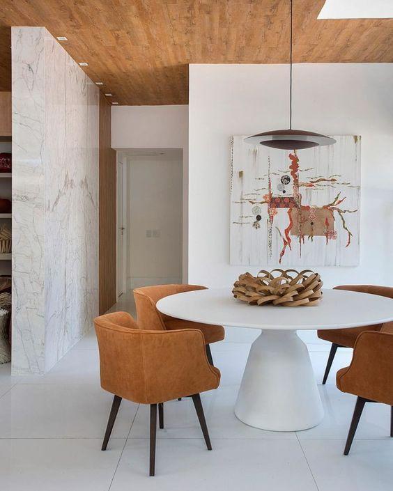Mesa cone branca para sala de jantar com poltronas caramelo