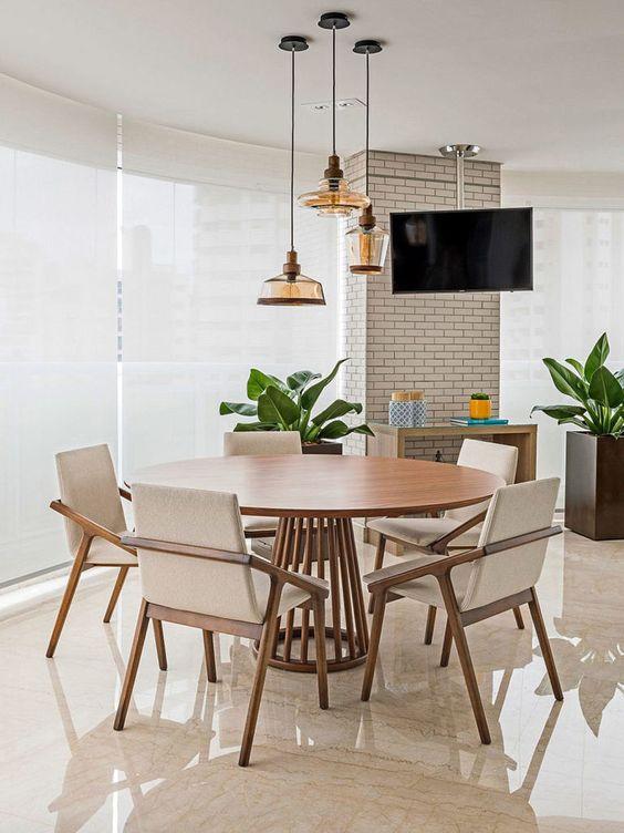 Mesa cone de madeira com cadeiras brancas