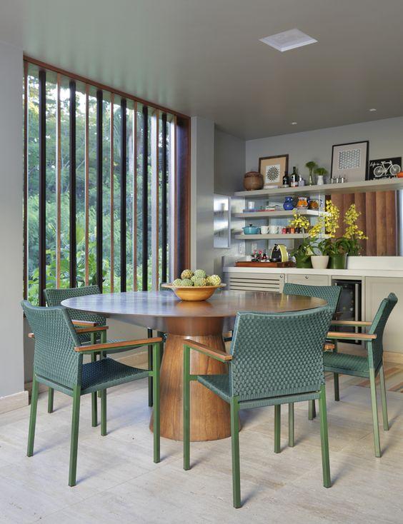 Mesa cone para sala de jantar com cadeiras verdes