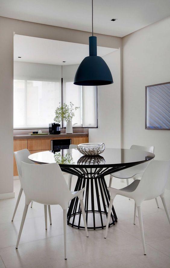 Mesa cone preta com cadeiras brancas