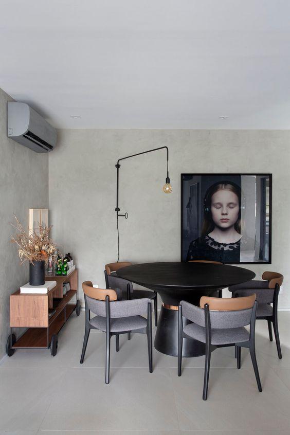 Mesa cone preta na sala de jantar moderna