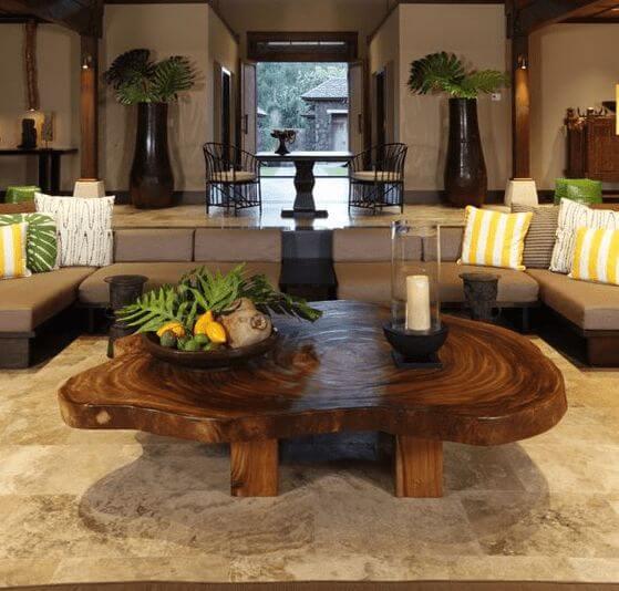 Mesa de centro de madeira com sofá de canto bege