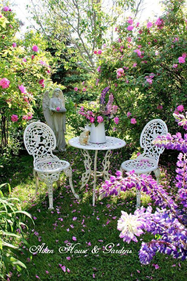 Mesa de ferro redonda e branca para jardim violeta