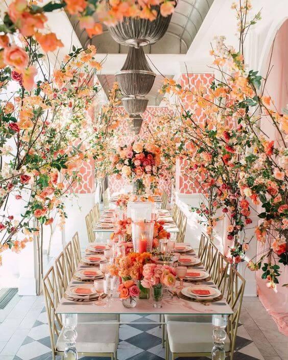 Mesa de jantar com flores e decoração cor coral