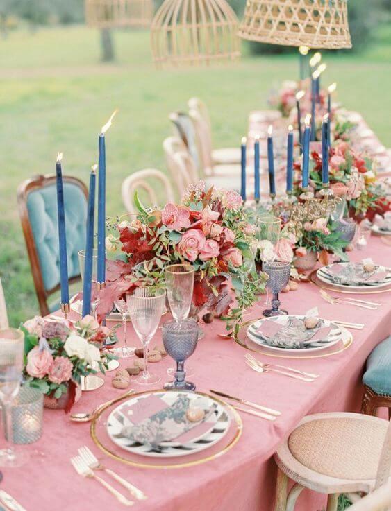 Mesa de jantar cor pessego com vela azul