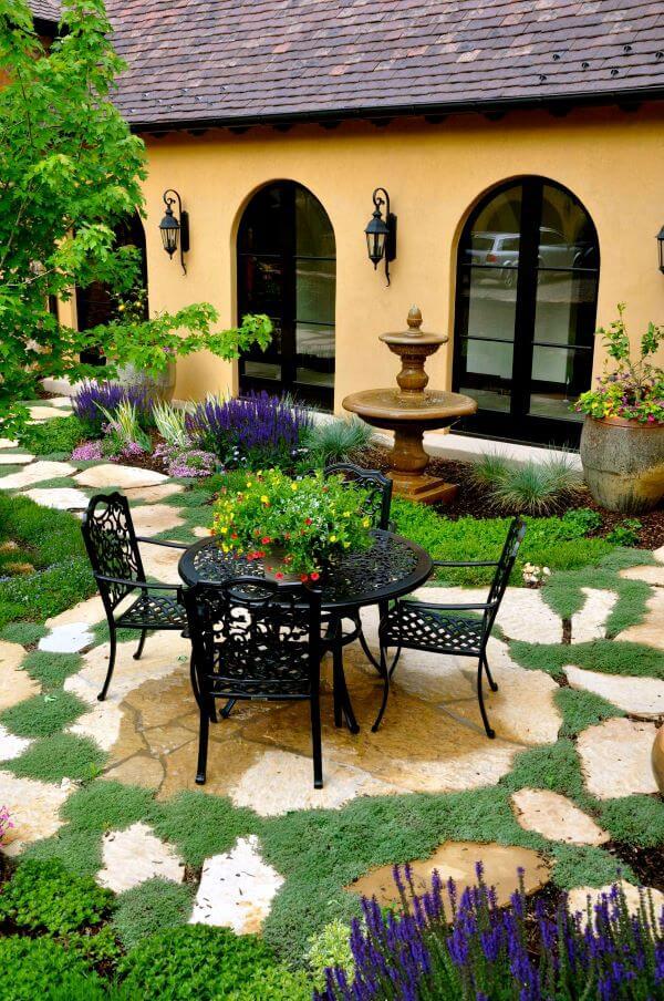 Mesa de jardim de ferro com cadeiras na área externa de casa