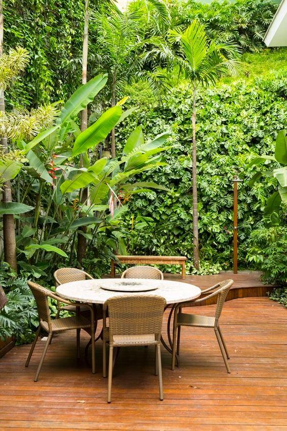 Mesa de jardim redonda com cadeiras de fibra na cor bege