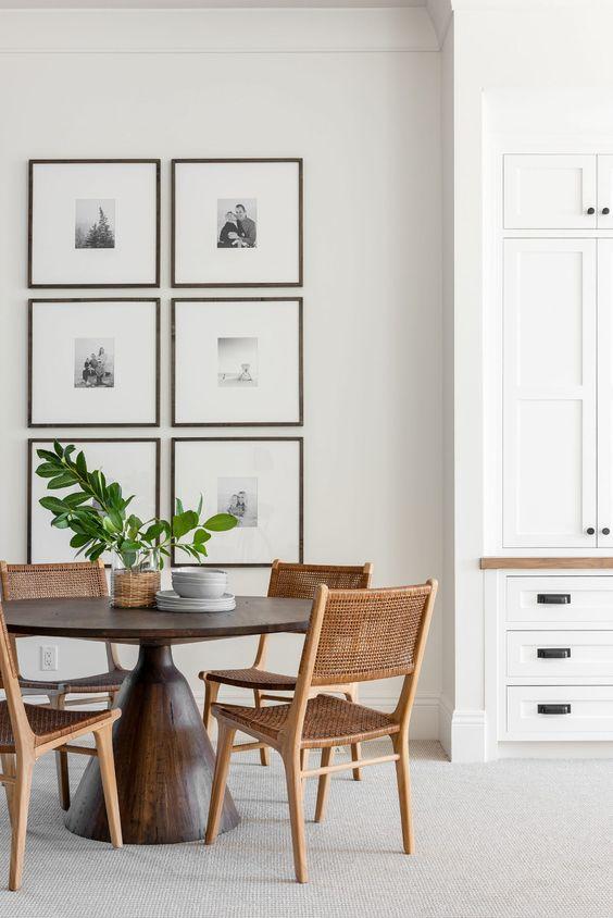 Mesa de madeira cone com cadeiras palha