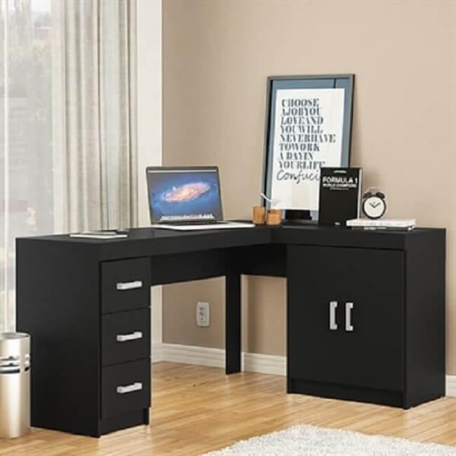 Mesa em L com armário e gaveteiro preto embutido. Fonte: Pinterest