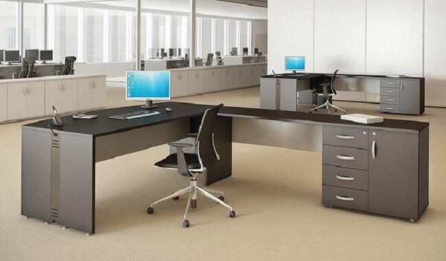 Mesa em formato L com gaveteiro preto. Fonte: Móveis Office