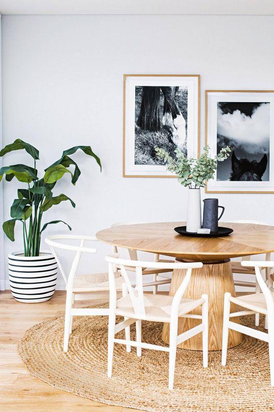 Mesa madeira cone com cadeiras brancas