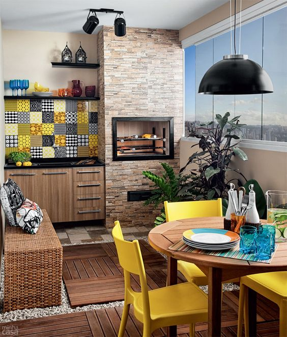 Mesa para sacada com churrasqueira e decoração amarela