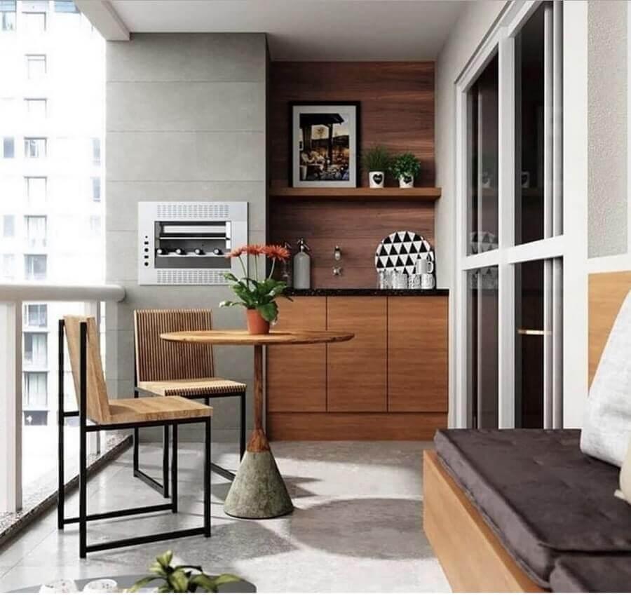 Mesa para sacada redonda com churrasqueira e armários planejados