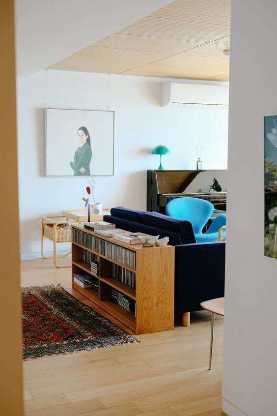 Mini estante atrás do sofá azul marinho