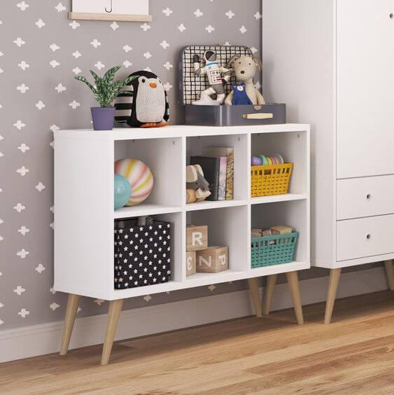 Mini estante branca com pés de palito para quarto