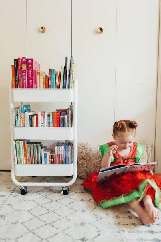 Mini estante com rodinhas para livros infantis