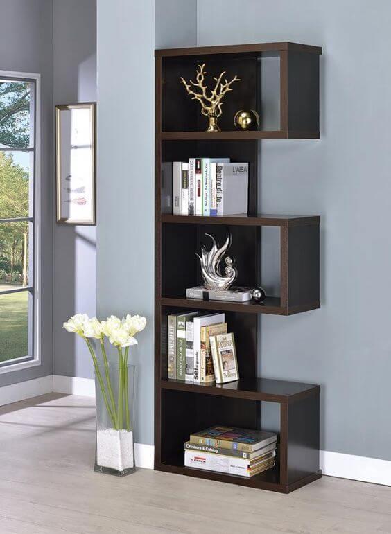 Mini estante de madeira com livros e estatuas