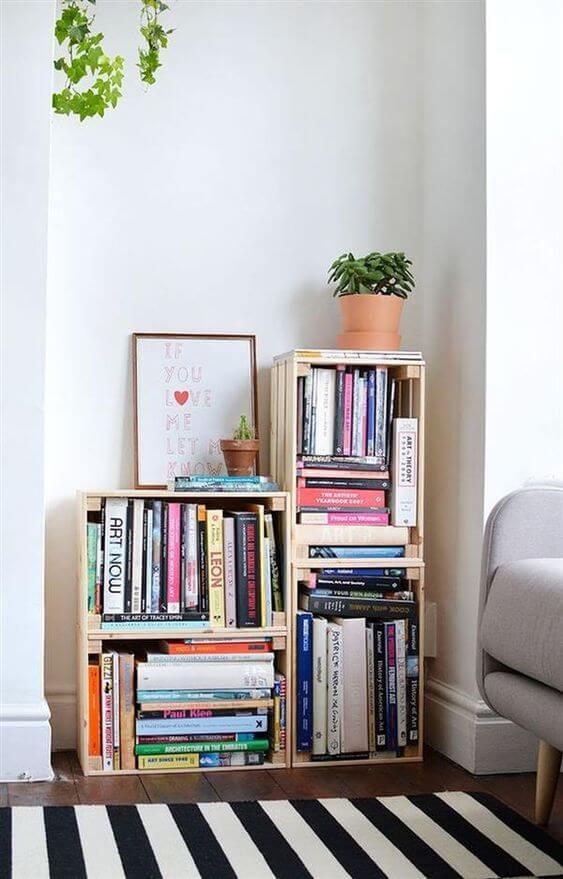 Mini estante feita de caixotes para sala de estar