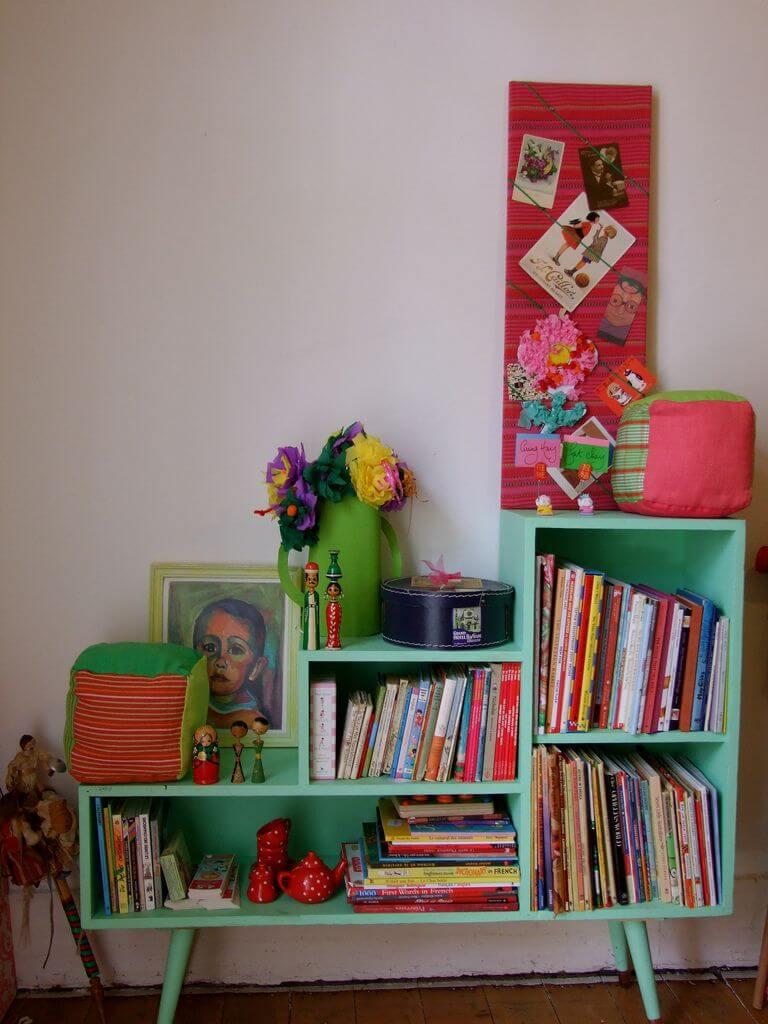 Mini estante na cor verde água para quarto colorido e moderno