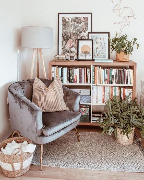 Mini estante par livros e poltrona ao lado