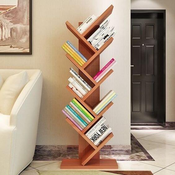Mini estante para livros ao lado do sofá