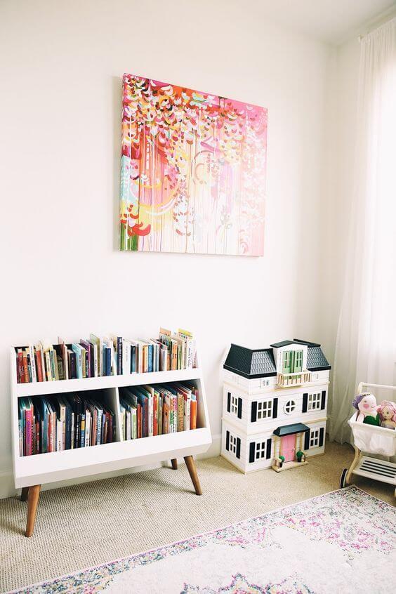 Mini estante para livros no quarto infantil