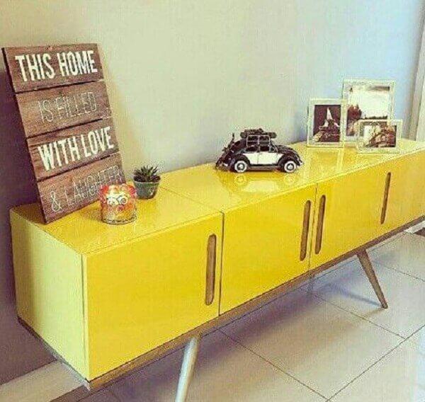 Modelo de aparador pé palito laqueado amarelo. Fonte: Pinterest