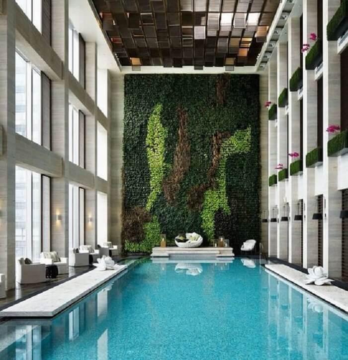 Modelo de piscina grande retangular coberta com jardim vertical. Fonte: Revista Viva Decora