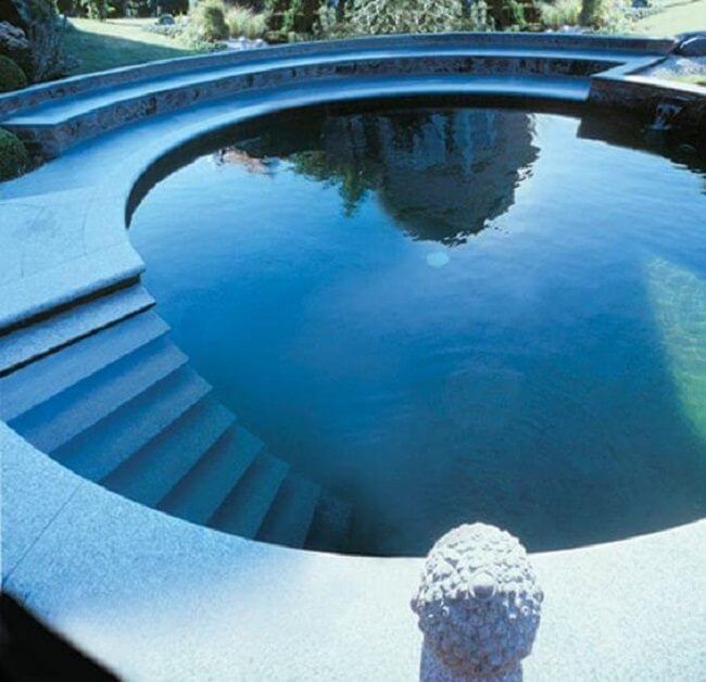 Modelo de piscina redonda grande com escada de alvenaria interna. Fonte: Pinterest