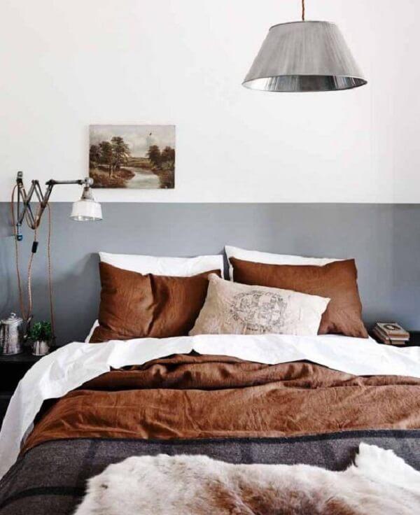 Modelo de quarto de casal marrom com cabeceira pintada em tom cinza. Fonte: Pinterest