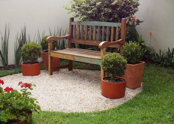 Modelos de jardim com pedras e banco de madeira. Fonte: Lúcia Vale