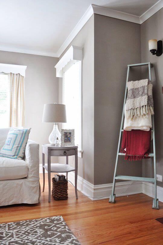 Moldura de isopor para sala de estar com sofá bege