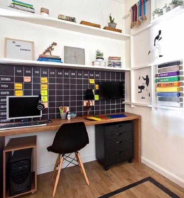 Mural de tarefas e gaveteiro preto com rodízios decoram o espaço de estudos e trabalho. Fonte: Pinterest