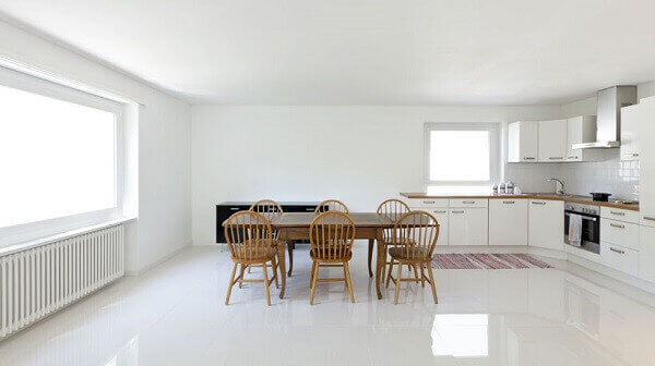 Cozinha com porcelanato bege retificado e mesa de jantar de madeira