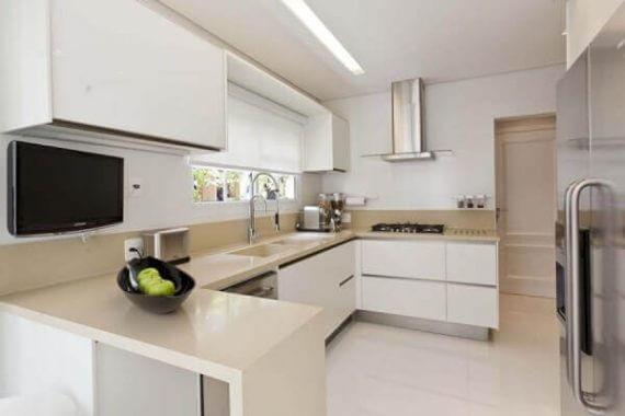 Cozinha pequena com piso porcelanato bege e granito