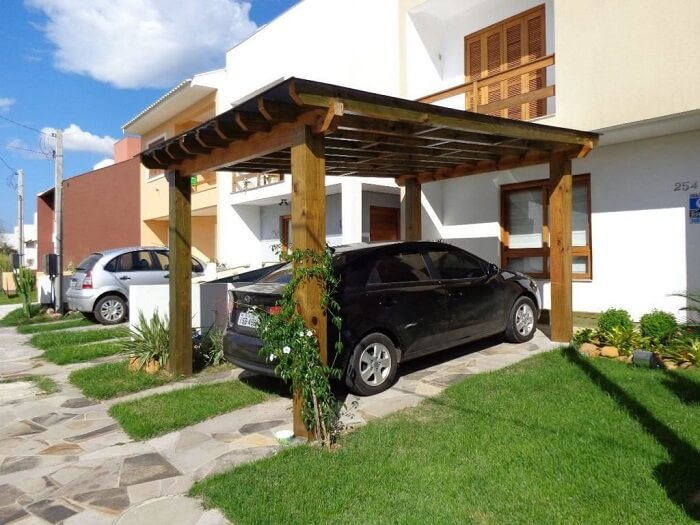 Nesse projeto a cobertura de madeira para garagem foi cobertura por uma estrutura metálica. Fonte: Pinterest