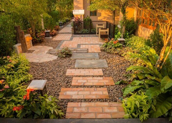 No jardim com pedras, os seixos são uma ótima alternativa para substituir a grama. Fonte: Pinterest
