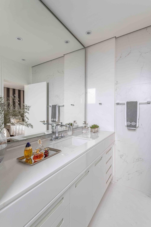 O LED do espelho quando acesso traz um toque especial para o banheiro. Foto: Leandro Moraes