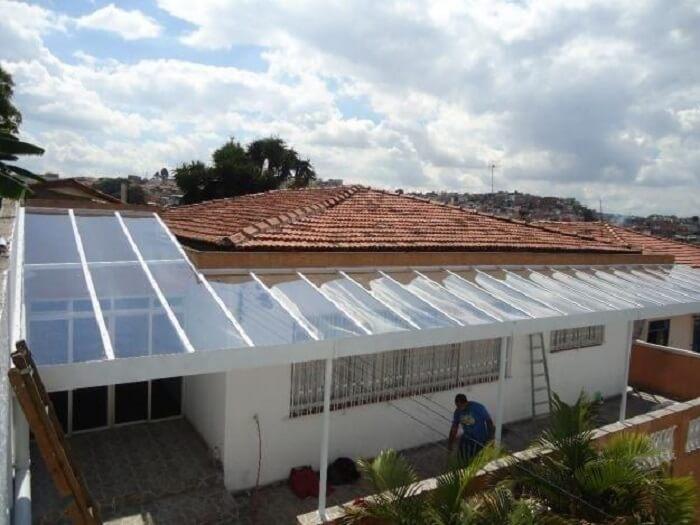 O acabamento da cobertura de vidro para garagem também se estende para a lateral da casa. Fonte: Pinterest