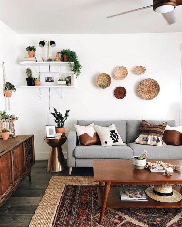 O aparador pé palito se conecta perfeitamente com os outros móveis da sala de estar. Fonte: Casa Vogue