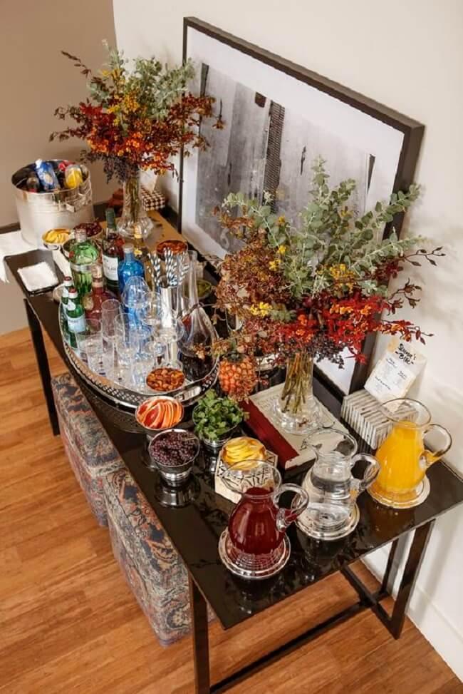 O aparador preto laqueado bar serve de apoio para taças, garrafas e demais itens. Fonte: Vamos Receber