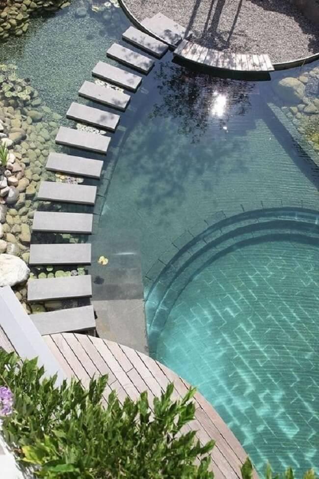 O caminho feito em alvenaria agrega valor ao projeto da piscina muito grande. Fonte: Revista Viva Decora